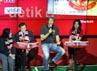 Edwin Van der Sar juga berjumpa dengan para pemegang Kartu Debit dan Kartu Kredit Manchester United.