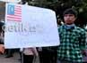 Dalam aksinya, mereka membawa poster mengecam pemerintah Malaysia.