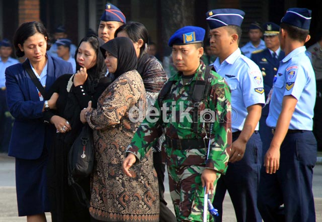 Isak Tangis Keluarga Korban Fokker 27 TNI AU