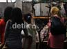 Beberapa warga melihat lokasi jatuhnya pesawat Fokker-27 milik TNI AU. Agung Pambudhy/detikcom.