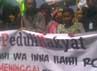 Massa membentangkan spanduk berisi tuntutan. Oris Riswan Budiana/detikBandung.
