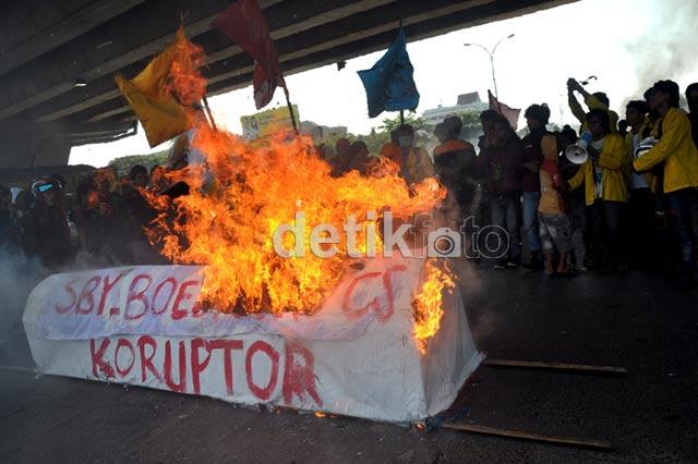 Aksi Bakar Keranda Sambut Boediono di Makassar