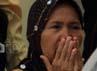 Orang tua terdakwa 1 Kris Bayudi menangis bahagia mendengar anaknya terbukti tak bersalah dan dibebaskan.