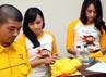 SPG tersebut menjelaskan aplikasi BlackBerry partai Golkar kepada peserta Rapimnas.