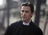 Christian Bale berpura-pura sebagai pastur. (Row 1 Entertainment).