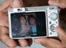 Pak Tarno pun memamerkan foto sang kekasih yang berada di kamera digitalnya. Gusmun/detikHot.