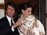 Katie terlihat sangat bahagia menggendong Suri sehari sebelum pesta pernikahan mereka. Robert Evans/Getty Images.