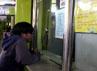 Seorang calon penumpang terlihat sedang bertransaksi di loket resmi penjualan tiket kereta api Stasiun Gambir.