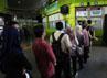 Para calon penumpang dengan sabar mengentre.