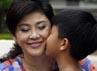 Yingluck mendapat ciuman hangat dari anaknya, Supasek Amornchat saat ulang tahunya. Kemampuan akademis Yingluck teruji dengan menyabet gelar sarjana dari Universitas Chiang Mai, Thailand. Ia lalu menyabet gelar master dalam bidang administrasi publik dari Kentucky State University, Amerika Serikat (AS). (Reuters/Sukree Sukplang).