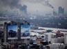 Ledakan ini menimbulkan kebakaran hebat dan asap hitam tebal yang membumbung tinggi ke angkasa. Reuters/Damir Sagolj.
