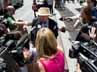 Para awak media pun mewawancara salah satu tetangga dari Katie Holmes. AFP/Don Emmert.