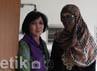 Berkali-kali Neneng menggunakan penutup muka dengan motiv jilbab yang tidak banyak berubah.