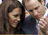 Will seperti menjelaskan sesuatu pada sang istri dalam pertandingan tennis Wimbledon di London, Inggris, pada 4 Juli 2012. REUTERS/Stefan Wermuth.