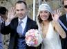Andres Iniesta dan Anna Ortiz melambaikan tangan kepada para tamu undangan. AFP/Josep Lago.