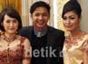 Para tamu undangan dan pengunjung resepsi pernikahan Okie dan Gunawan memanfaatkan moment untuk berfoto bersama Pasha Ungu.