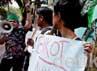 Para mahasiswa beraksi sekitar 30 menit. Jumlah yang sedikit tidak menyurutkan mahasiswa berorasi dan memegang poster kecaman kepada Myanmar.