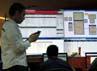 Seorang pekerja menggunakan telkom genggam di ruang IT Traffic Management Center.
