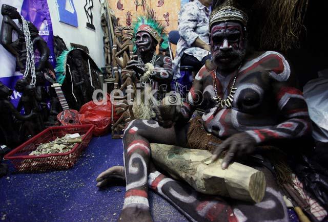 Kerajinan Suku Asmat Ramaikan Pasar Anak Negeri