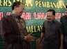 Suryadharma Ali berjabat tangan dengan Fauzi Bowo (Foke). Bagi Suryadharma, jam terbang Foke dalam mengurus Jakarta patut diperhitungkan.