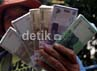Mereka mengambil untung dari hasil penukaran uang receh pecahan itu berkisar antara 4 ribu hingga 10 ribu rupiah/bundel.