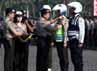 Kapolri menyematkan pita ke perwakilan pasukan pengamanan Operasi Ketupat 2012.