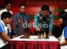 Menpora Andi Alifian Mallarangeng (tengah), secara simbolis membuka turnamen Catur So Nice Ramadhan Cup 2012.