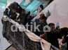 Rubiyah diturunkan melalui tangga samping kapal, jalur turun penumpang lainnya. Muhammad Nur Abdurrahman/detikcom.