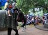 Pengunjung berkeliling Ragunan dengan menunggang gajah. (Ramses/detikcom).