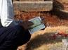 Seorang warga berdoa di makam keluarganya. (Ramses/detikcom).