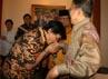 Jusuf Kalla yang mengenakan batik kuning cerah dan celana hitam menyambut kedatangan para tamu yang menghadiri acara open house. (Ramses/detikcom).