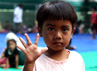 Seorang anak melambaikan tangannya. Dari ratusan pengungsi, puluhan di antaranya adalah anak-anak. (Bayu Murti/detikSurabaya).