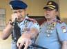 Kasat Brimob Polda Sulsel Kombes Pol Ramdani Hidayat ikut memeriksa senjata anggotanya.
