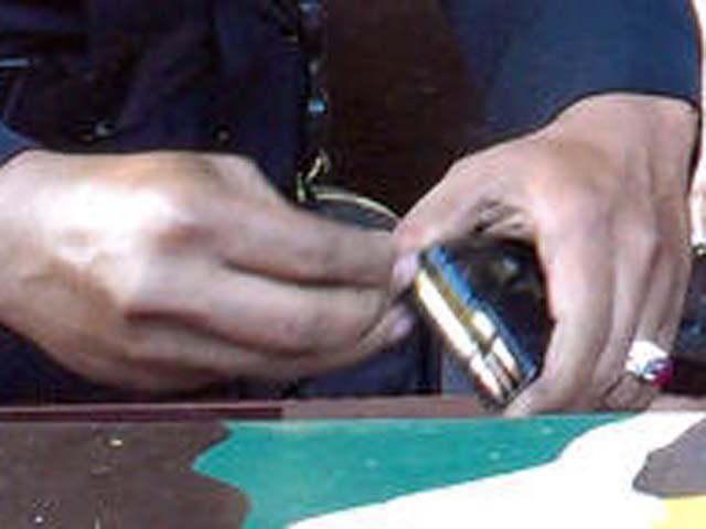 Dua anggota Brimob yang berjaga di posnya diminta Kapolda memeriksa peluru-peluru senjatanya. Mudji meminta anggotanya selalu siap siaga mengantisipasi aksi teroris yang menyerang polisi.