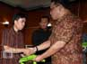 Kepala BNP2TKI Muh. Jumruh Hidayat menyerahkan materi pelatihan secara simbolis kepada perwakilan kepala BLKLN.