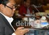 Pimpinan Rapat Komisi X melihat foto-foto pembangunan sarana PON Riau 2012 disela rapat. Ramses/detikcom.