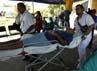 Pasien Rumah Sakit Monsenor Sanabria dievakuasi ke luar ruang perawatan. Reuters/Juan Carlos Ulate.