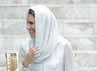 Pangeran William dan Kate Middleton melepas sepatu mereka sebelum masuk ke dalam mesjid As-Syakirin di KLCC, Kuala Lumpur, Malaysia, pada hari ini, Jumat (14/9/2012). REUTERS/Samsul Said.