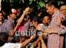 Jokowi disalami pendukungnya. Jokowi memastikan unggul di perhitungan cepat yang dilakukan beberapa lembaga survei.