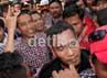 Jokowi dikelilingi ratusan pendukungnya. Euforia kemenangan sangat terasa di pojokan Menteng tersebut.