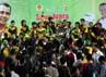 Para pemain Kaltim merayakan kemenangan. Bagi Kaltim, ini adalah emas sepakbola pertama yang mereka raih di ajang PON.