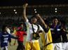 Pelatih Kaltim Rudi William Keltjes (tengah) merayakan kemenangan bersama para pemain.