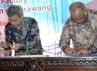 Menpera Djan Faridz (kiri) dan MKP Sharif C Sutardjo menyaksikan Ka BPSDM KP dan Deputi Bidang Perumahan Formal Kemenpera menadatangani naskah perjanajian kerjasama. (dok KKP)