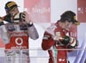 Jenson Button dan Fernando Alonso membuntuti Vettel. Khusus buat Alonso, tambahan 15 poin membuatnya kian kokoh memuncaki klasemen sementara. REUTERS/Tim Chong.