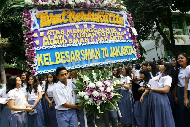 Siswa SMA 70 Tabur Bunga untuk Alawy