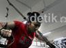 Atlet pelatnas bulutangkis, memanfaatkan fasilitas fitnes yang berada di ruang Pemusatan Latihan Pelatnas Cipayung, Jakarta, Senin (8/10).