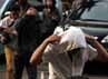 Para tersangka berjalan menuju Mapolres Jakarta Selatan sambil menundukkan kepala.