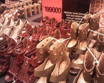Sepatu Mulai Rp 99 Ribuan di Bazaar Charles & Keith