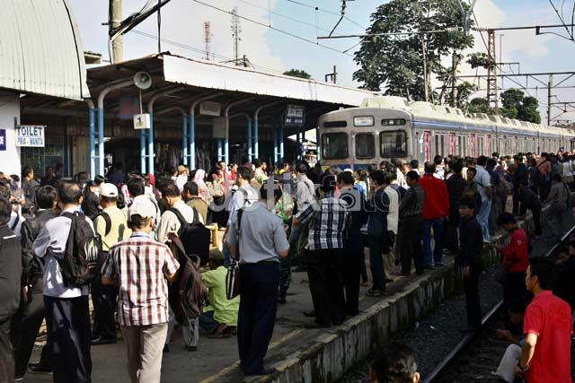Jalur Longsor, Penumpang Menumpuk di Bojonggede
