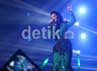 Penonton pun mengangkat lightstick dan bernyanyi bersama dengan Siti Nurhaliza.